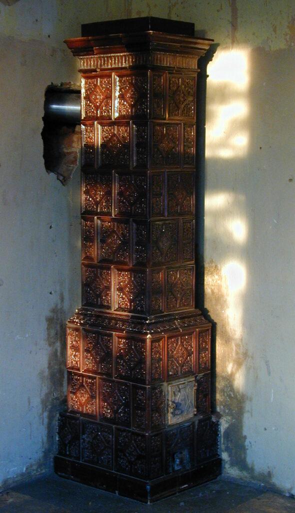 sloupová historická kachlová kamna